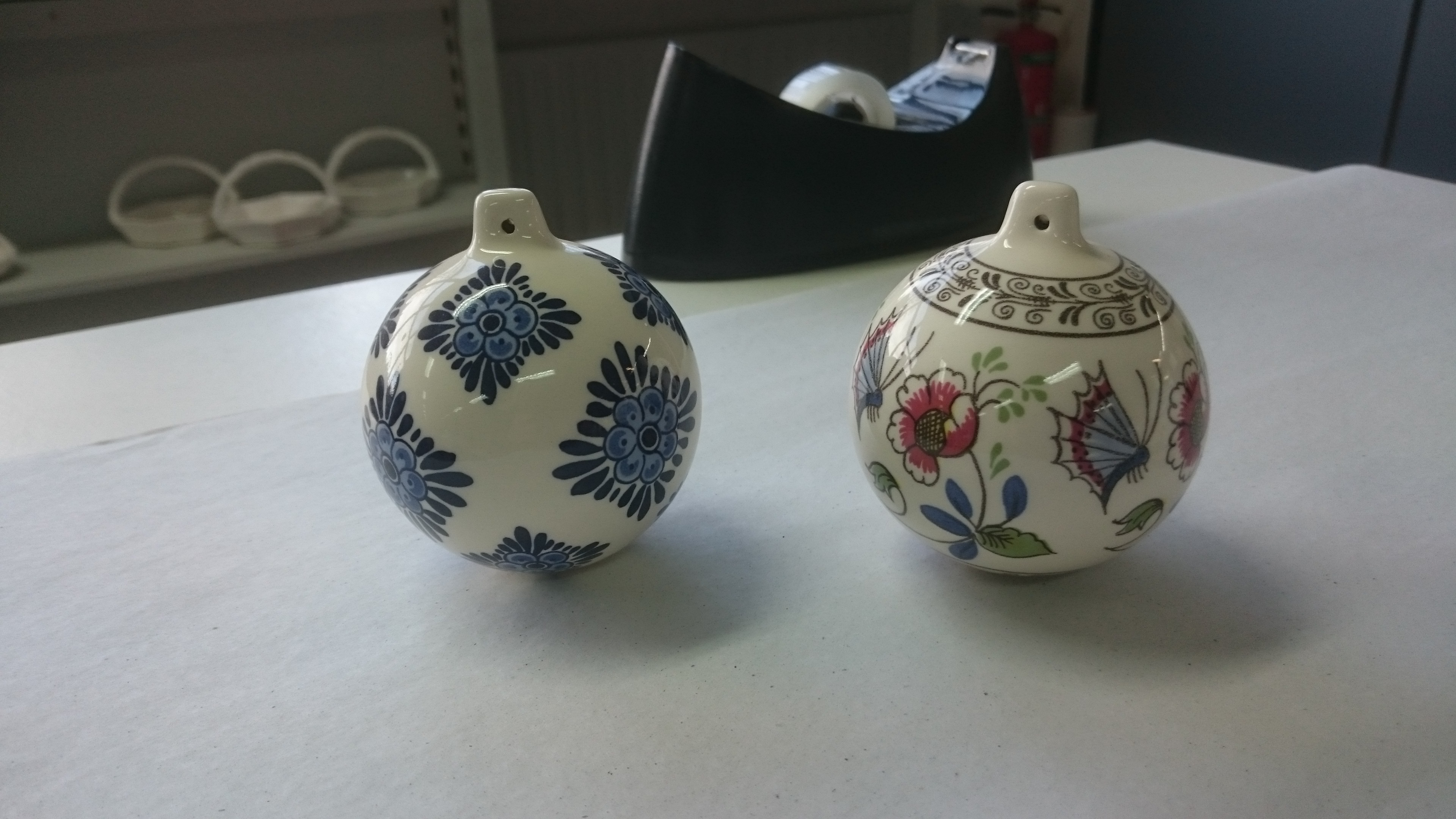kerstbal, keramiek, bloemen, vlinder