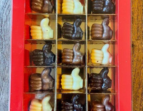 12 chocolade duimpjes in een fraai rood doosje